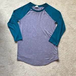 Gray long sleeve shirt with teal sleeves
